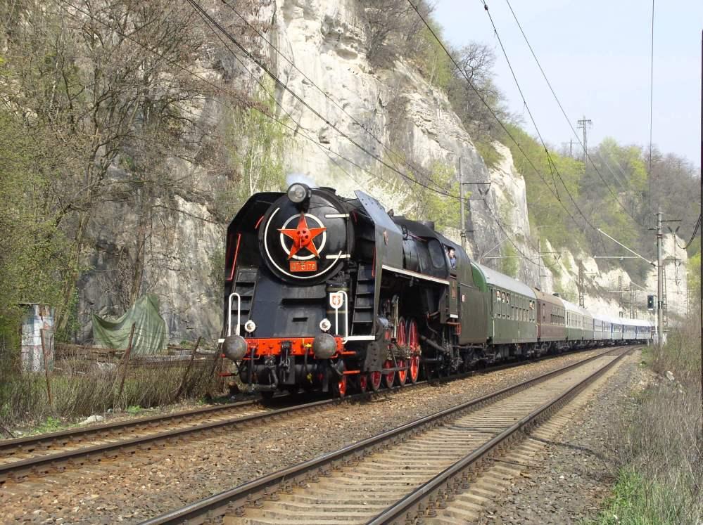 V trains for Dresden to prague train