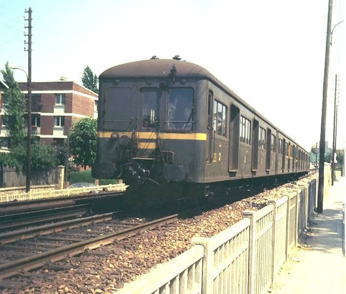 SNCF Z 1500 EMU leaving Marly le Roi on the way to St Nom la Bretche.