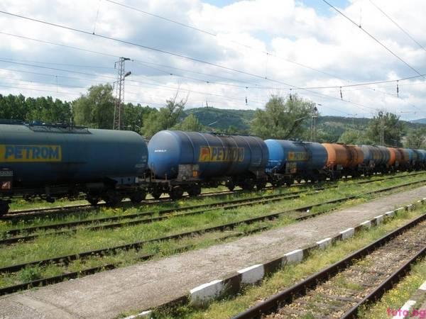 A_freight_cars_of_CFR_standing_on_railway_station_Mezdra.jpg